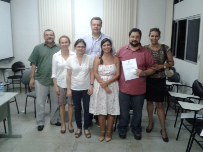 Defesa de Guilherme F. Gôndolo (camisa vermelha). O orientador, prof. Rodrigo Torres, aparece ao centro da foto.